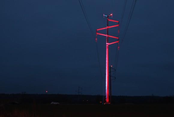 Designade kraftledningsstolpar lyser upp Göta Kanal